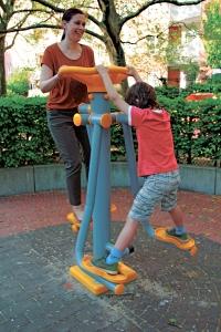 Stephanie Esser mit ihrem Sohn beim Sport im Kiez. Foto: Susanne Bürger