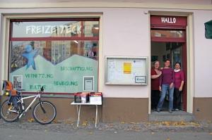 Hereinspaziert! Beate Chudowa mit zwei Mitstreiterinnen am Eingang des Freizeitecks. Foto: Dominique Hensel