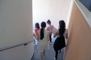 Kinder der Heinrich-Seidel-Grundschule erkunden die Bibliothek am Luisenbad.