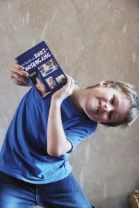 Jakob zeigt sein Lieblingsbuch. Er geht jetzt in die 2. Klasse, bald kann er es selbst lesen. Foto: Dominique Hensel