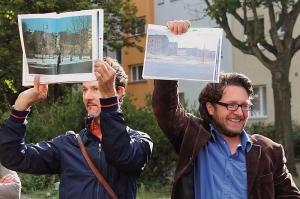 Lothar Gröschel (rechts) hält historische Aufnahmen hoch und zeigt, wie das Viertel vor der Kahlschlagsanierung ausgesehen hat.