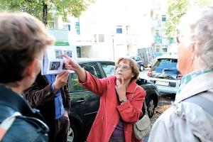 Zeitzeugin Margot Visser erklärt, was auf den historischen Fotos zu sehen ist.