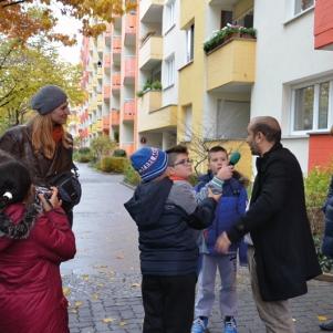Erste Aufgabe: Interview mit einem Passanten. Die Kinder fragten, was für ihn das Schönste am Brunnenviertel ist.