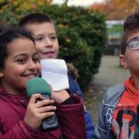 Die jungen Reporter mit Mikrofon beim Interview.