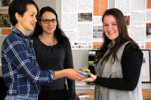 Theresa Rüster (rechts) bekommt von Pia Kaiser vom Quartiersmanagement einen Baumarkt-Gutschein. Iris Wernick (Mitte) erreichte mit ihrem Foto den zweiten Platz.