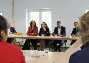 Aufmerksame Zuhörer aus der Politik: Ana-Anica Waldeck (v.r.), Maja Lasic und Raed Saleh. Foto: Hensel