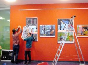 Künstlerin Sulamith Sallmann mit Galerist Enkidu RankX hängen die Fotografien auf. Foto: Hensel