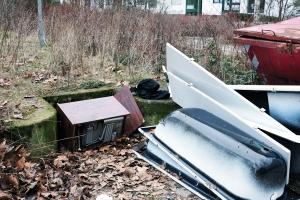 So sieht's aus. Auf der Fläche des geplanten Gemeinschaftsgartens liegt Müll herum. Fotos: gruppe F