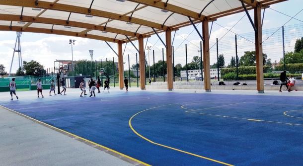 Bereits gut genutzt werden die neuen Basketballplätze im Friedrich-Ludwig-Jahn-Sportpark gleich hinter der Kiezgrenze. Foto: Susanne Bürger