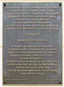 Informationstafel an der Bernauer Straße für den Tunnel, durch den 29 Menschen in die Freiheit kamen. Foto: A. Dowe