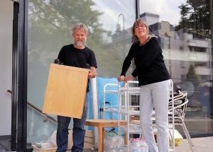 Familie Pfennig bringt erste Einrichtungsgegenstände in die neue Wohnung.