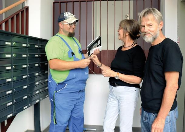 Regine und Jürgen Pfennig bekommen den Schlüssel für ihre neue Wohnung in der Wattstraße von Degewo-Hausmeister Dirk Lindebaum. Foto: Schnell