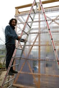 Diego Jurado im Mauergarten beim Bau des Gewächshauses. Foto: Michael Becker