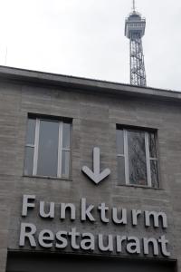 Hier geht es zum Funkturm-Restaurant. Foto: Jakob Hensel