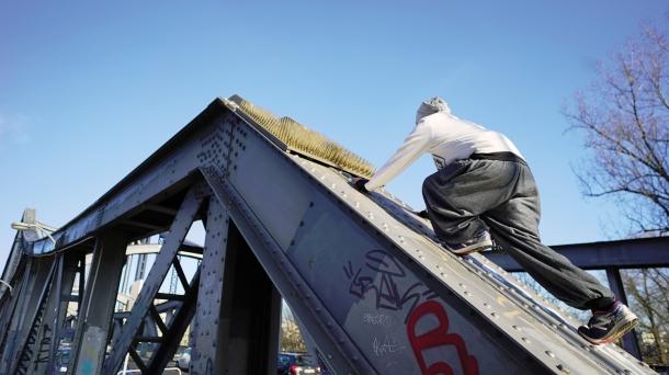 Alex auf der Stahlkonstruktion der Swinemünder Brücke.