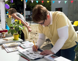 KiezSportLotsin Susanne Bürger füllt den Fragebogen zum Stadtgrün aus. Foto: Sulamith Sallmann