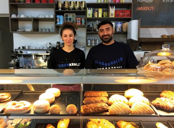 Zülal und Serdar Kücükömeroglu in ihrem Laden