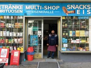 Inhaber Serdar Kücükömeroglu steht in der Tür der Eisenkralle