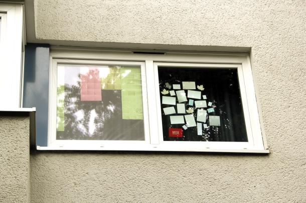 Fenster mit Klebezetteln
